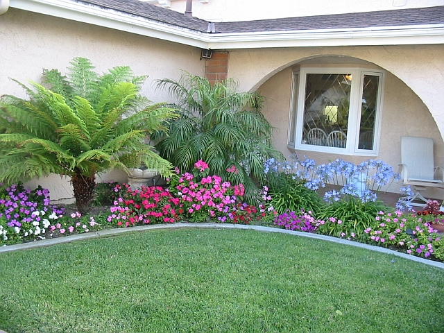 Great ideas for attractive front yard landscaping designs for Small flower garden in front of house